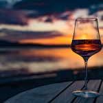Glas Wein auf dem Tisch
