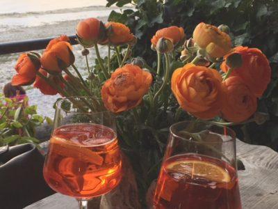 Getränke mit Blumen auf den Tisch am Strand